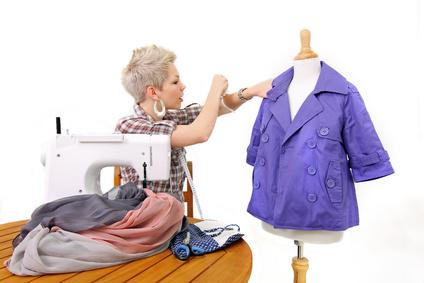 Eine junge Designerin schneidert eine Jacke