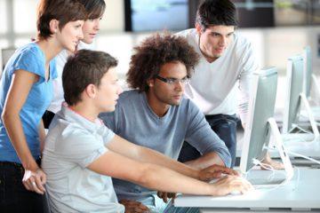 Freunde auf Jobsuche im Internet