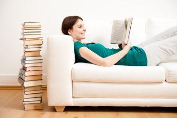 Studentin lernt auf dem Sofa