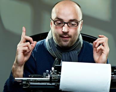 Autor an einer Schreibmaschine