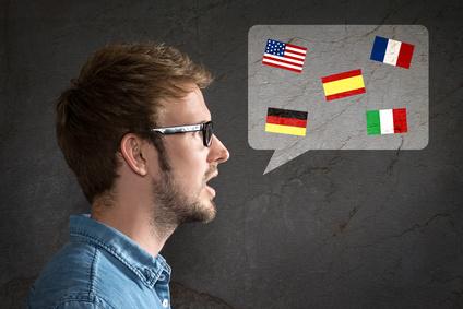 Ein Mann beherrscht wichtige Fremdsprachen