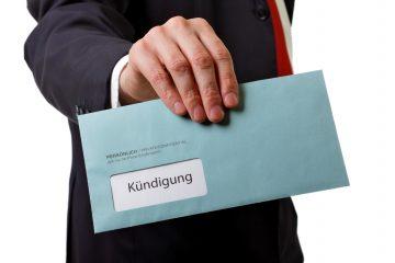 Mann übergibt Brief mit Kündigung